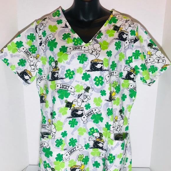 989cc6adf00 Women's medium scrub top Snoopy St Patrick's Day. M_5c74ae3a3c9844e90daf7a2d